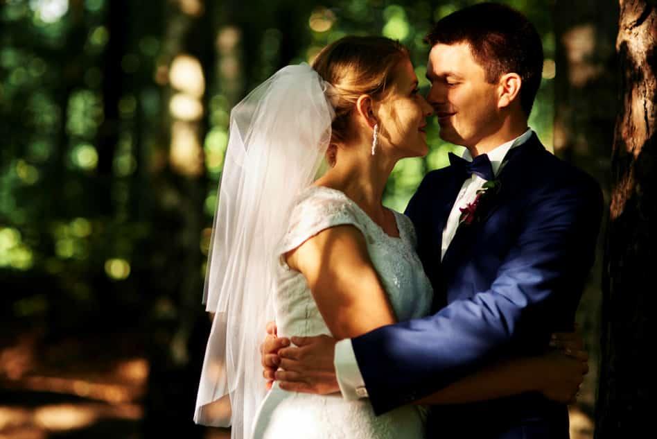 Sylwia i Sebastian podczas sesji ślubnej w lesie | Fotograf ślubny opoczno - Kamil Błaszczyk
