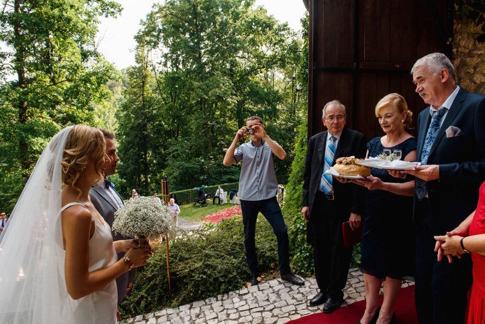 Przywitanie Pary Młodej chlebem i solą na weselu Magdy i Lukea