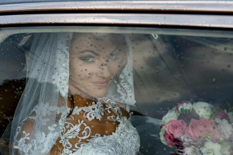 Portret Edyty Panny Młodej w Samochodzie