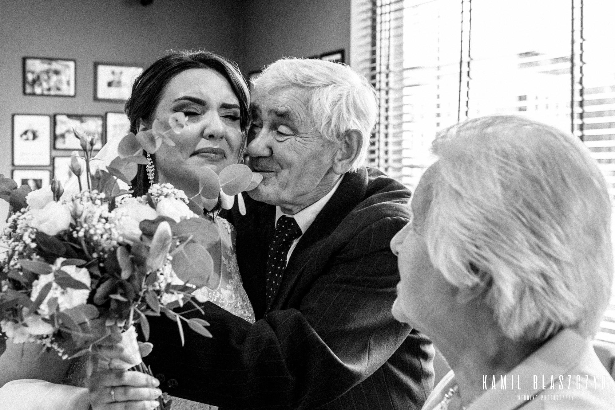 Panna Młoda z bukietem i jej dziadkowie na ślubie