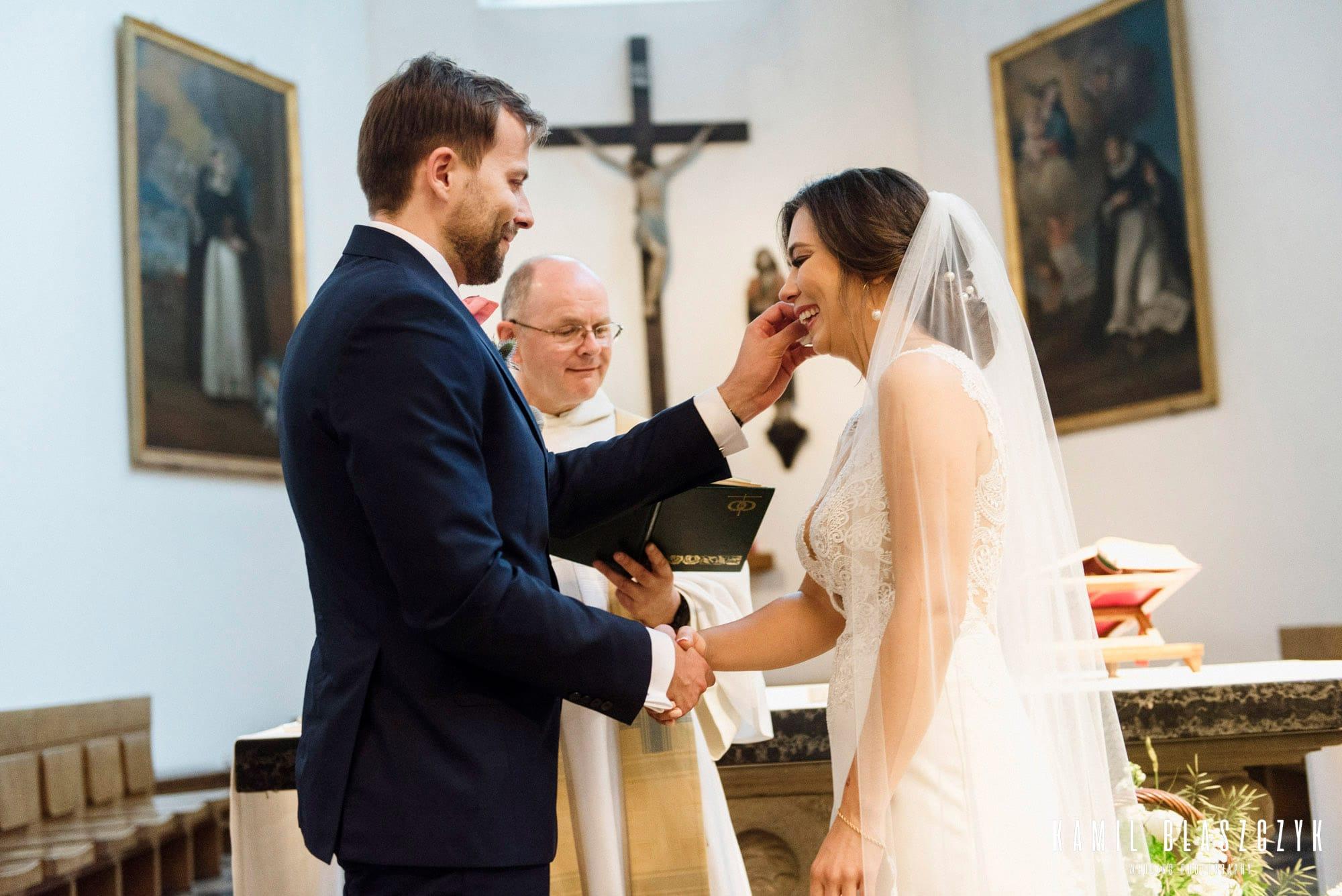 Przysięga małżeńska osi i Adama w kościele w Warszawie