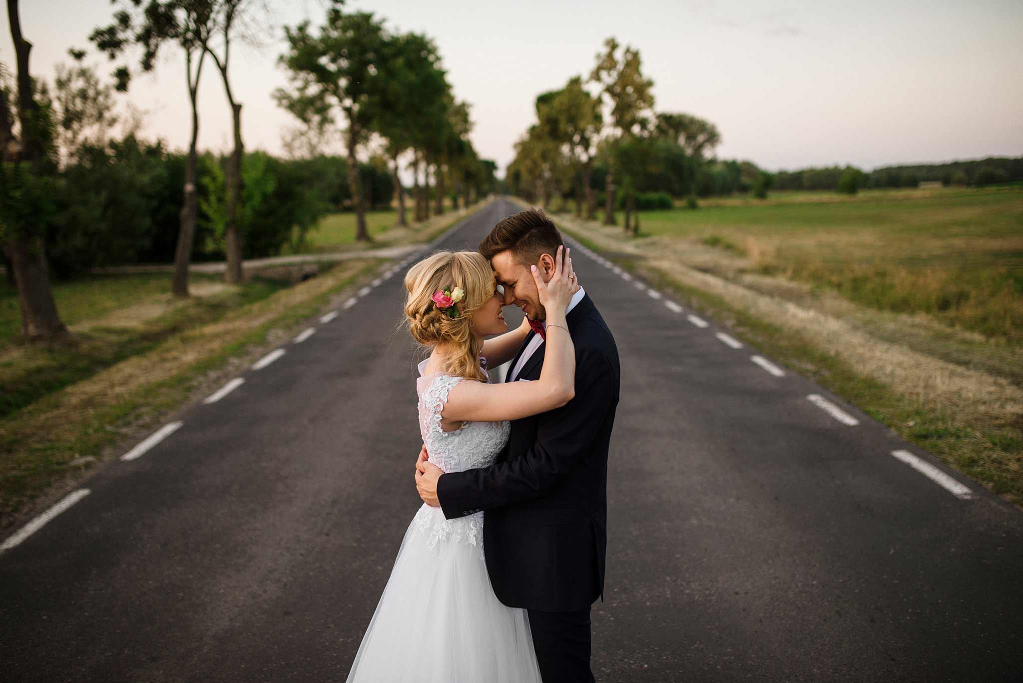 Plenerowa sesja ślubna Kasi i Mateusza na polu