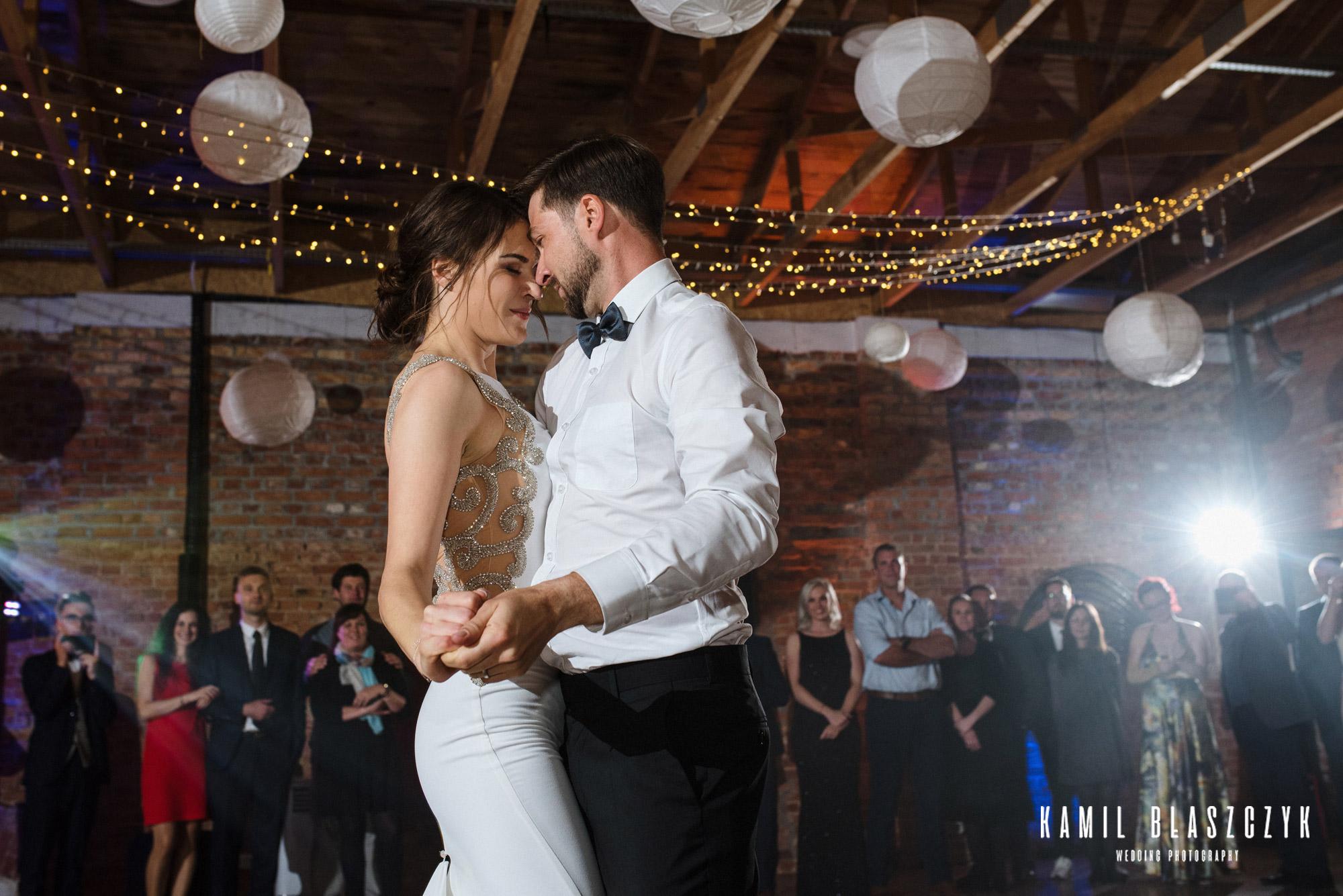 Para młoda Monika i Kobus podczas pierwszego tańca na swoim ślubie w restauracji zielona brama w przywidzu