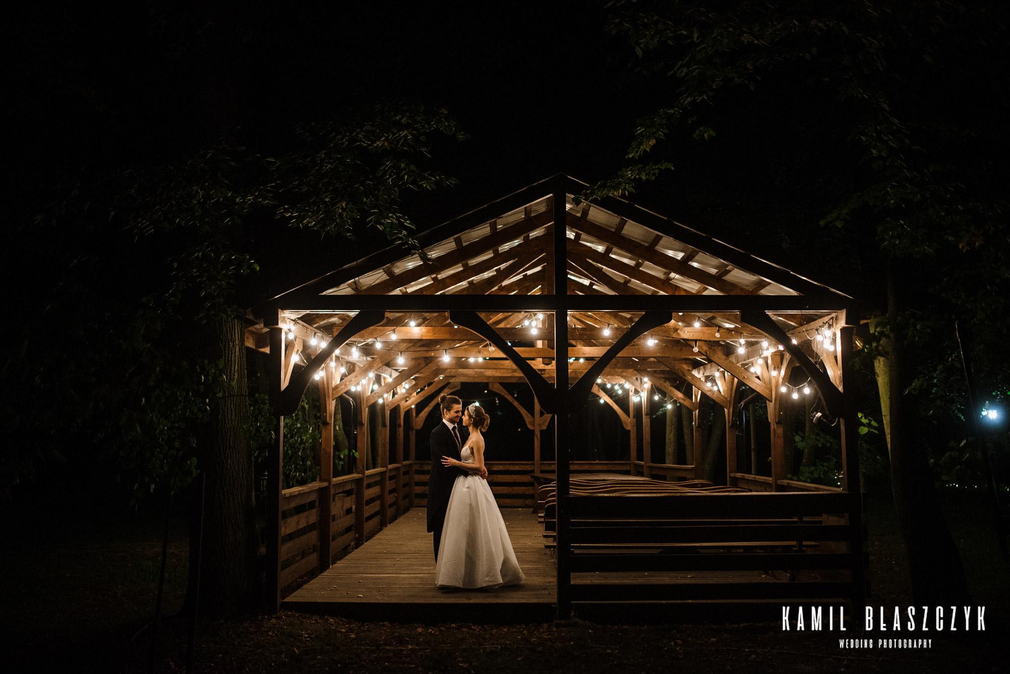 Sesja ślubna Damiana i Natalii w Altanie o zmroku w świetle Girland