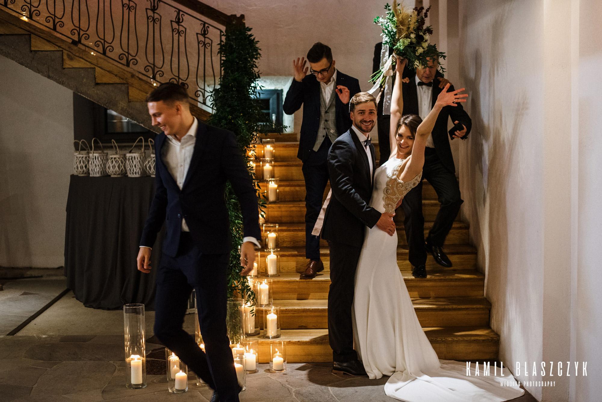 Para Młoda, Monika i Kobus podczas przyjęcia weselnego, w trakcie sesji na schodach hotelu Zielona Brama w Przywidzu