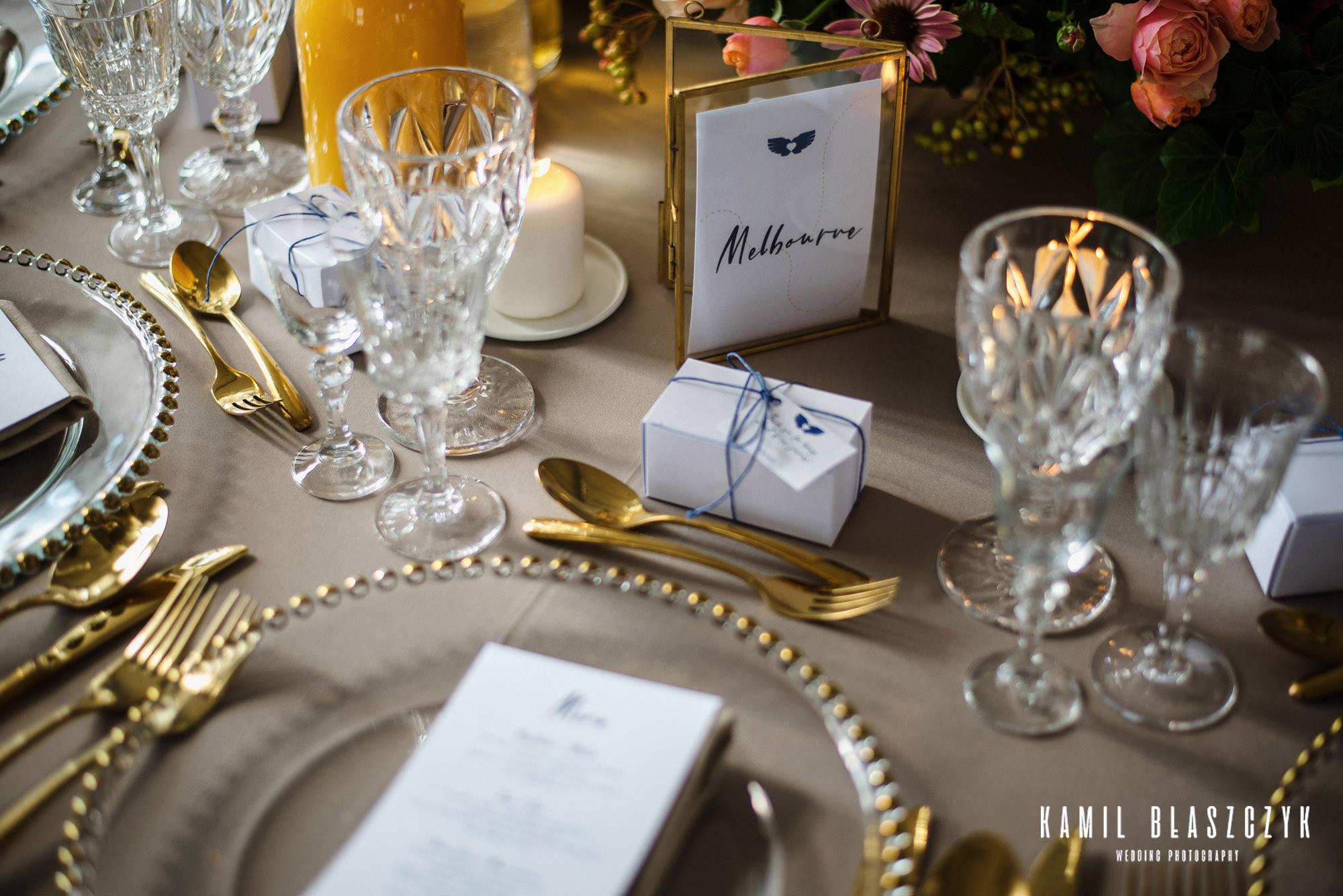 Detale na weselu Agi i Graema, Kieliszki, złote sztućce