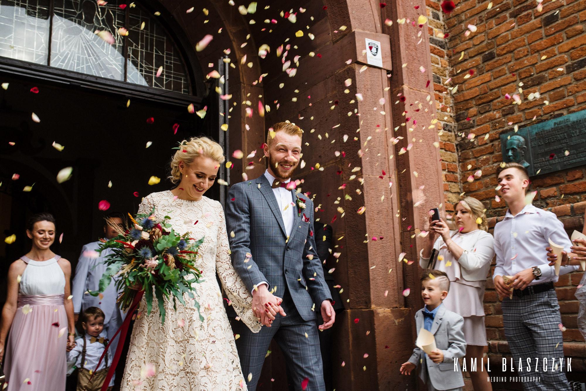 Wyjście z kościła po ceremonii ślubu Rafała i Klaudii