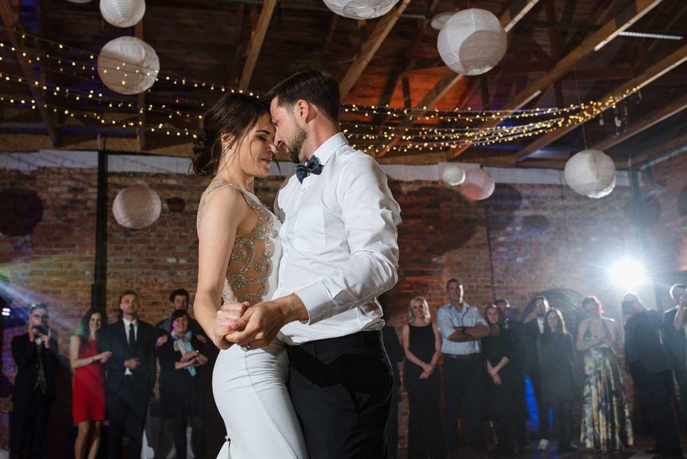 Fotografia ślubna Łódź - Monika i Kobus podczas pierwszego tańca