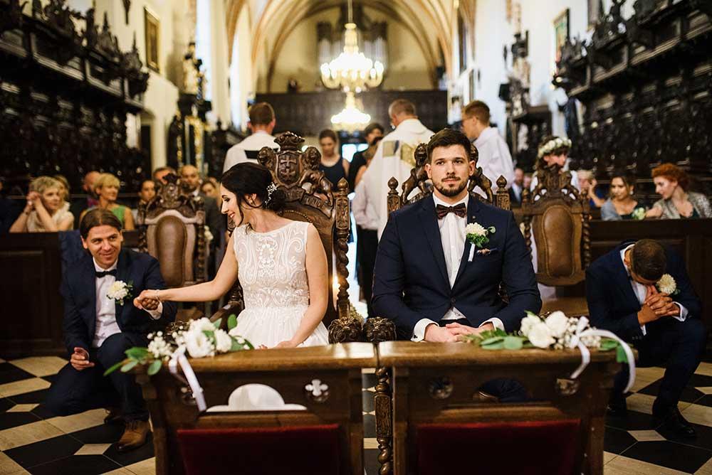 Fotografia ślubna Łódź_Monika i Dawid podczas przysięgi w kościele na Kaszubach