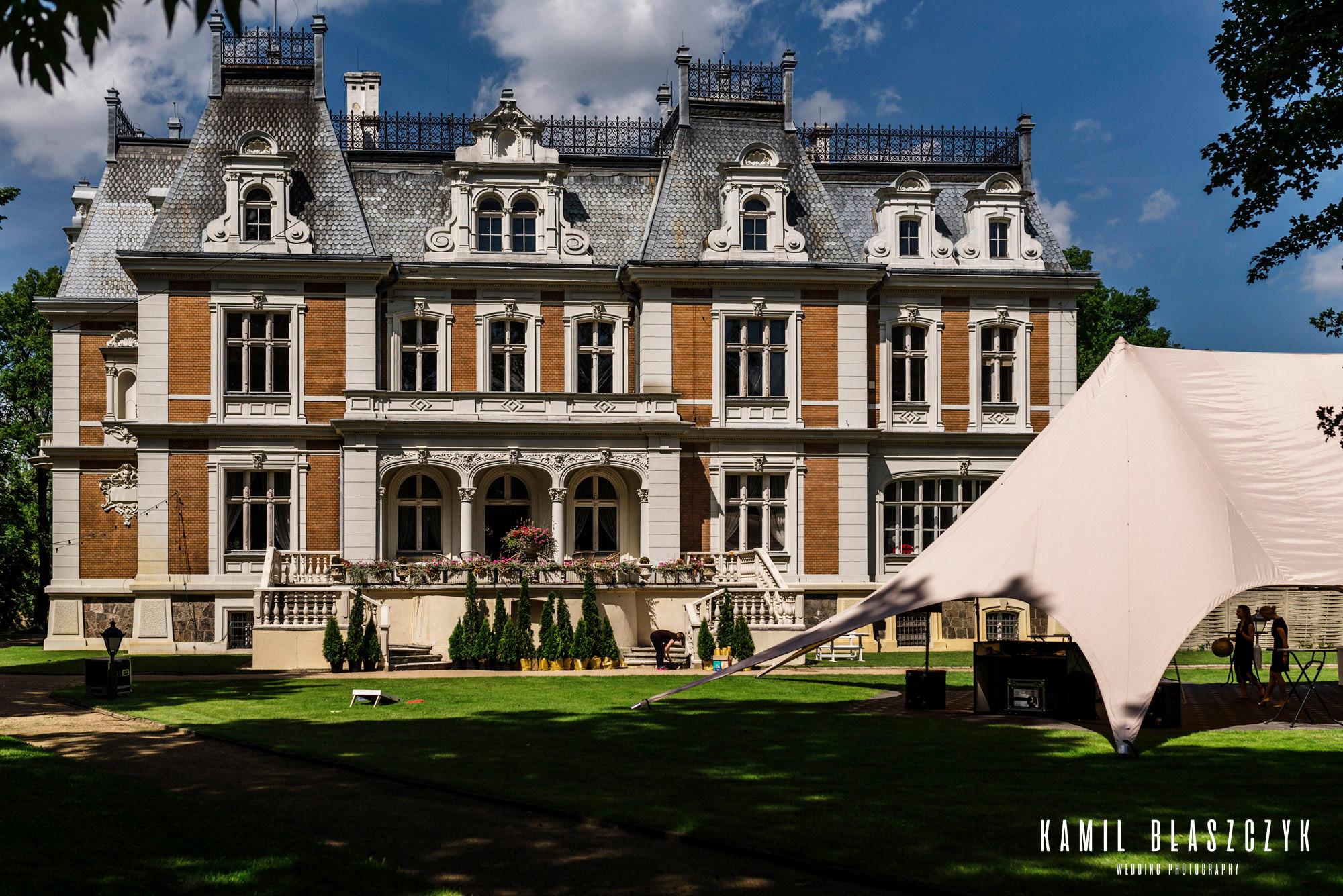 Pałac w Ksawerowie od tyłu - przygotowanie ogrodu do wesela w pałacu