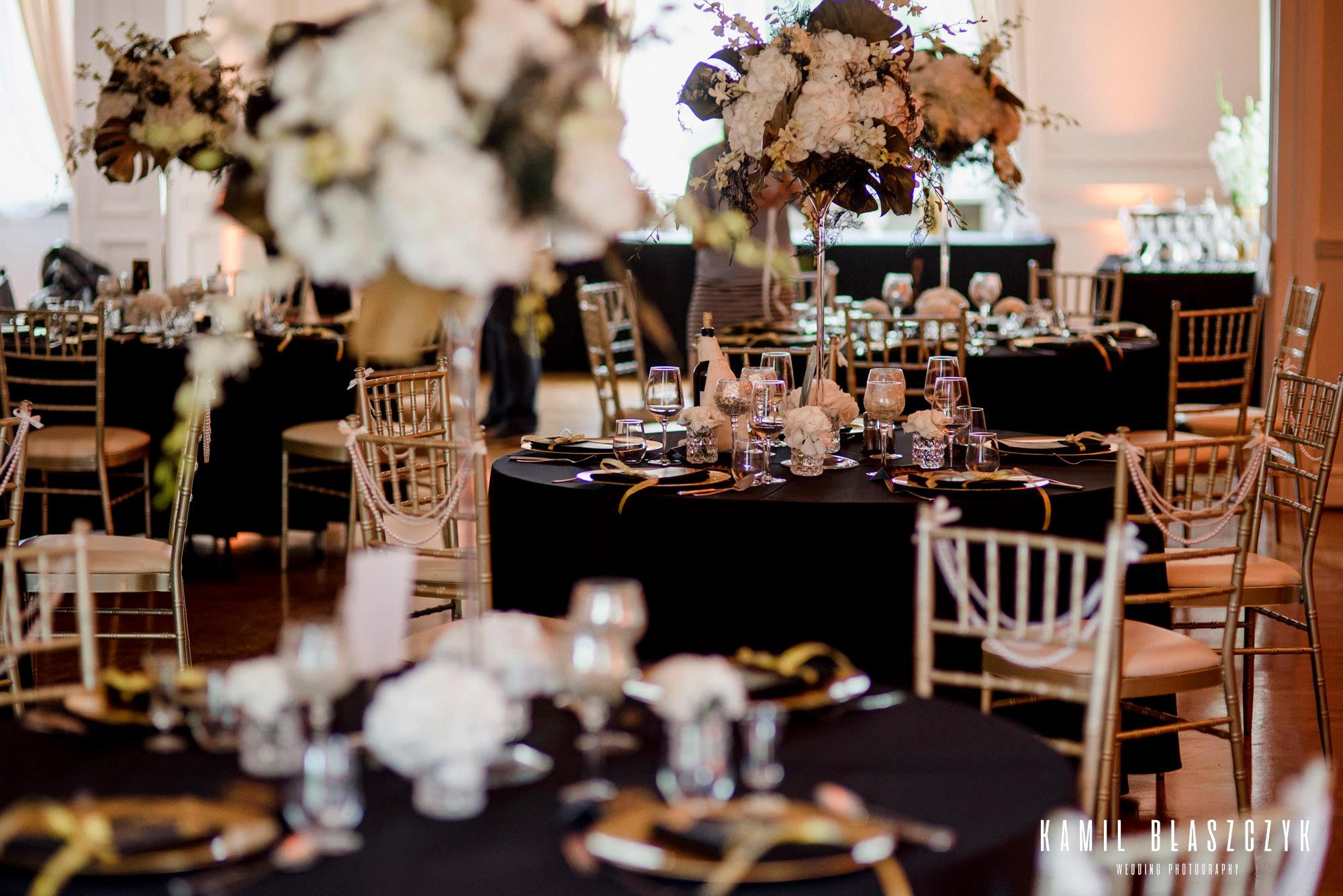 ułożenie zastawy stołowej na weselu w Pałacu w Ksawerowie