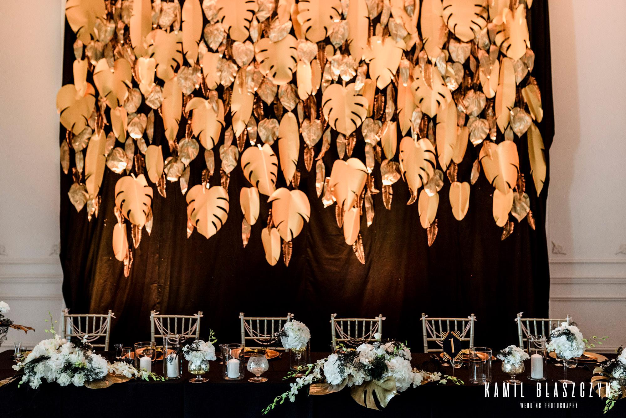 Czarno złota dekoracja na weselu Michała i Marty w Łodzi w Pałacu w Ksawerowie | Ścianka na weselu