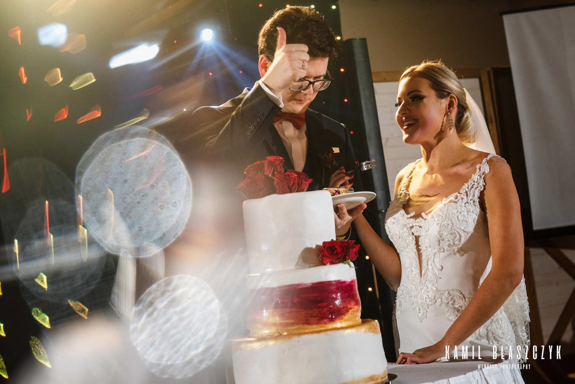 Para młoda podczas krojenia tortu weselnego naked cake