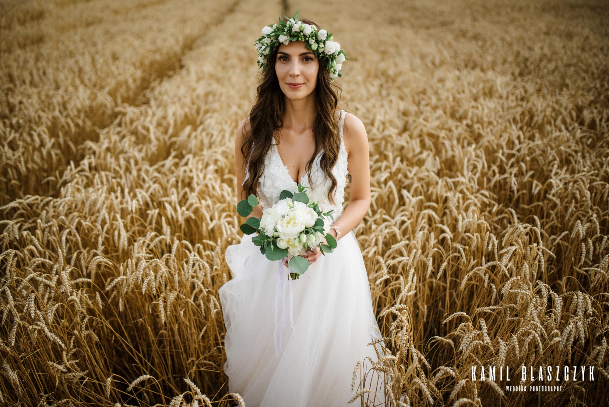 O co zapytać fotografa na ślub? Portret Panny Młodej w Wianku na polu