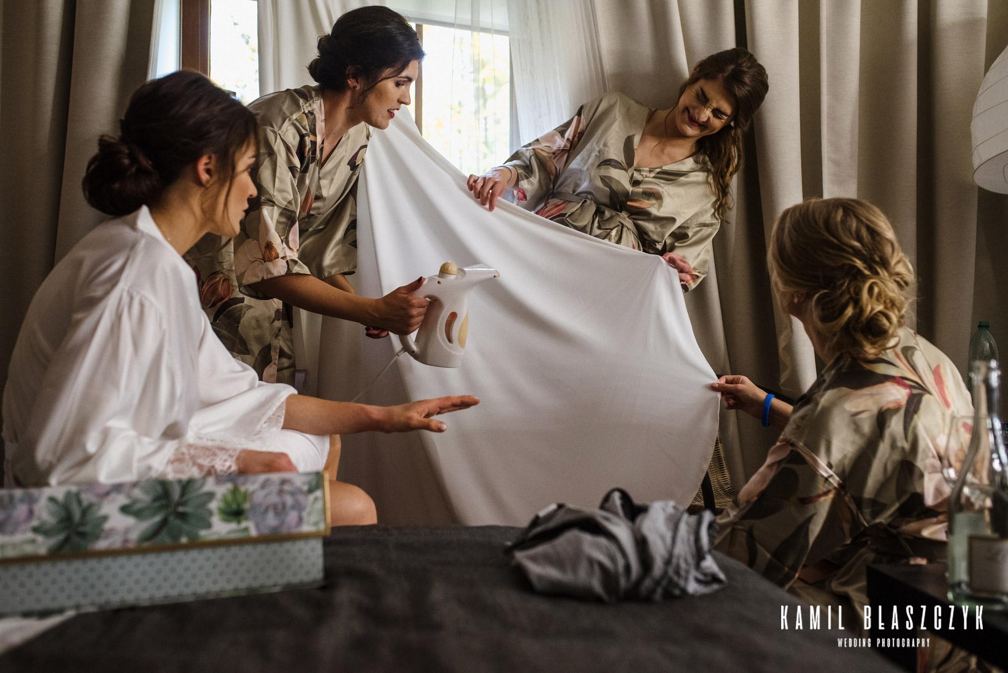 Prasowanie sukni ślubnej przez druhny panny młodej