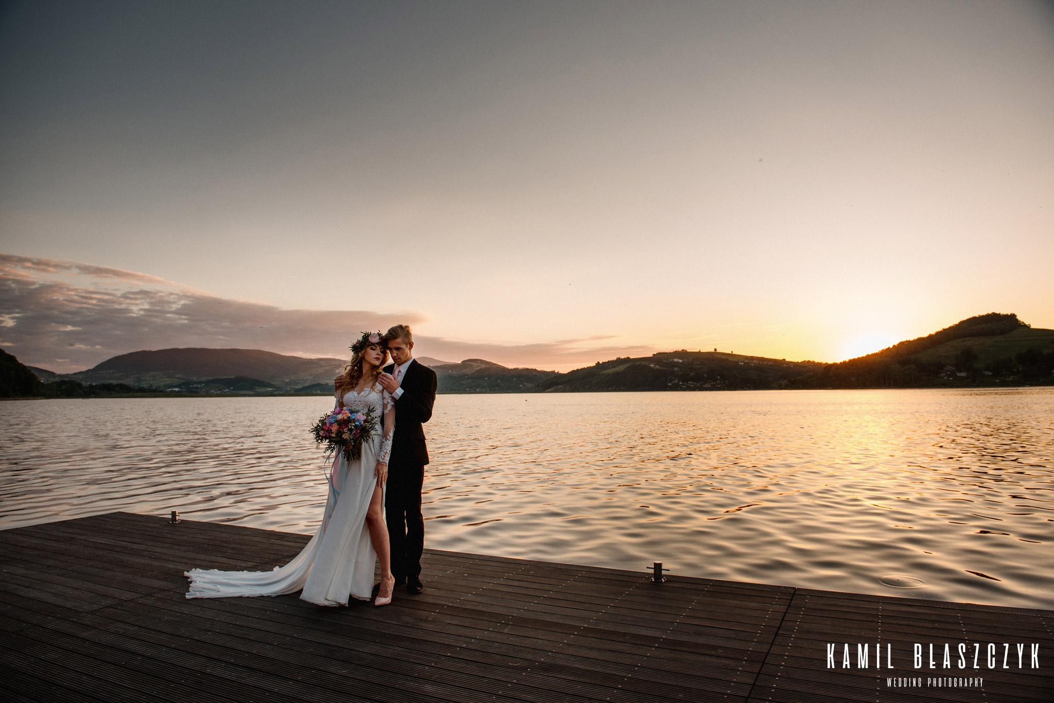 Para Mloda podczas pleneru ślubnego nad Jeziorem