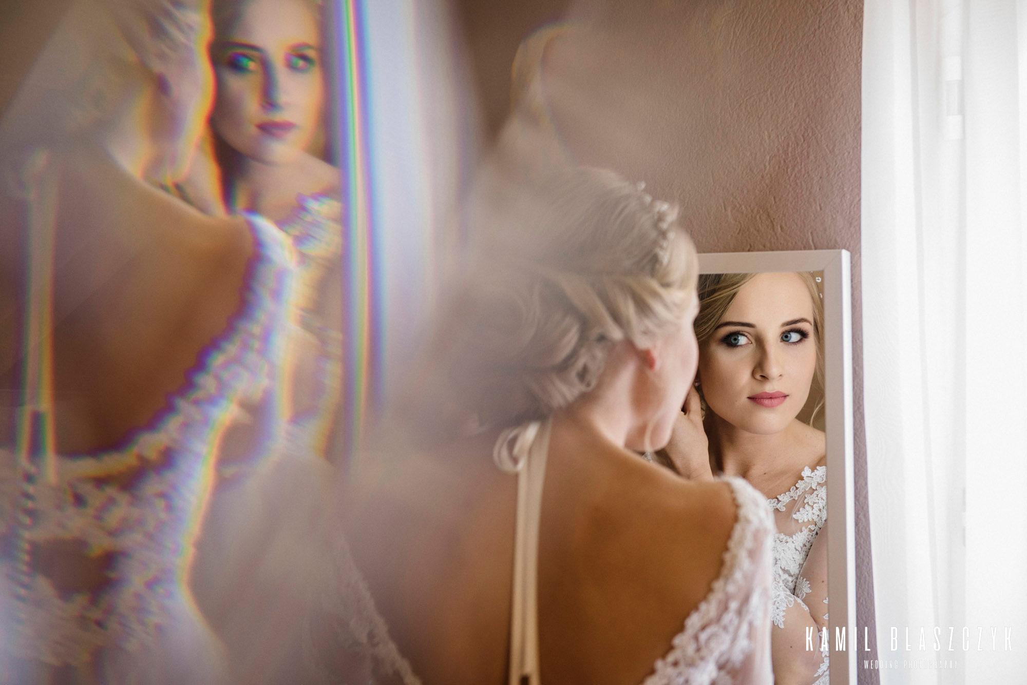 Panna Młoda przeglądająca się w lustrze
