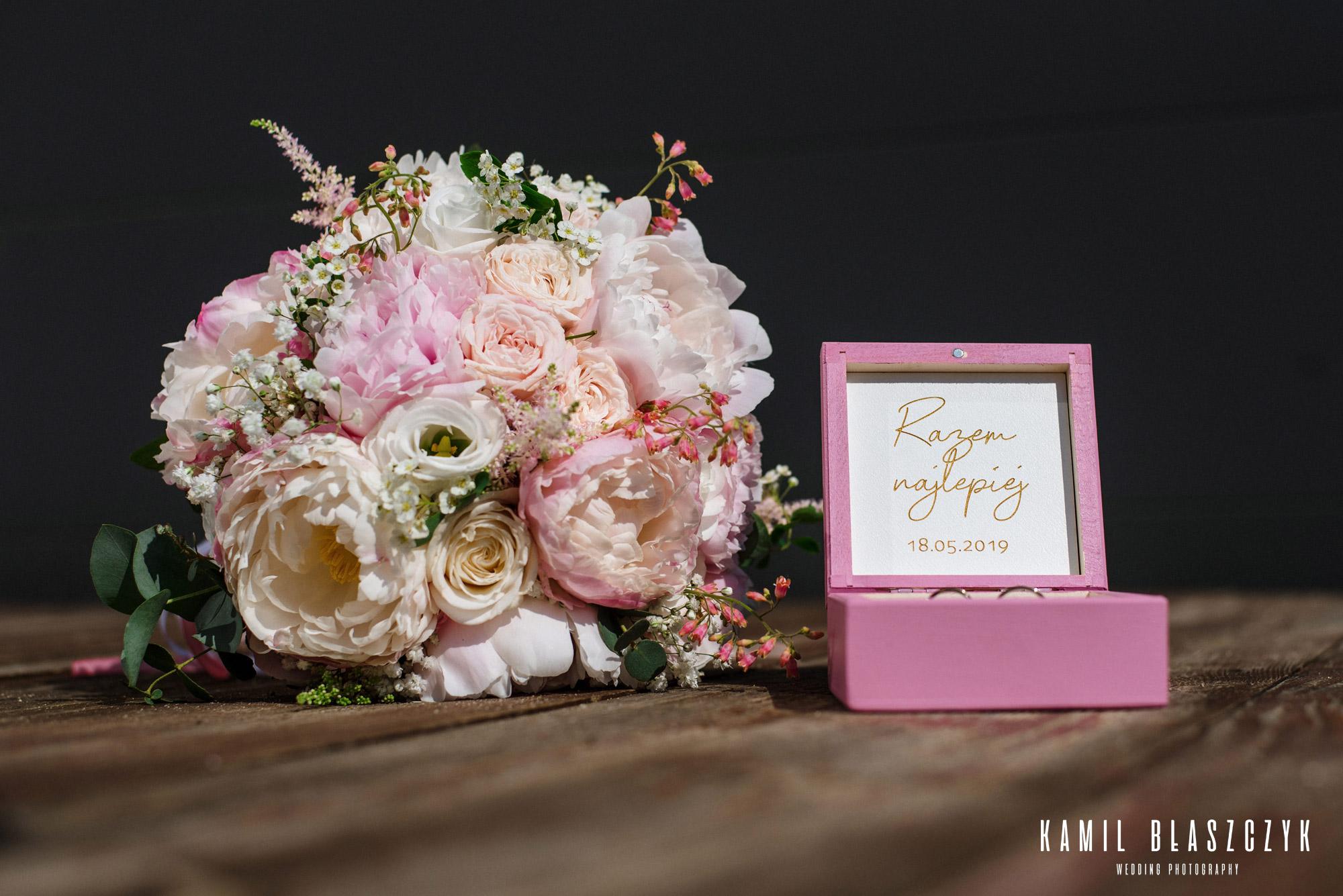 Przygotowania do ślubu, zdjęcia bukietu i obrączek