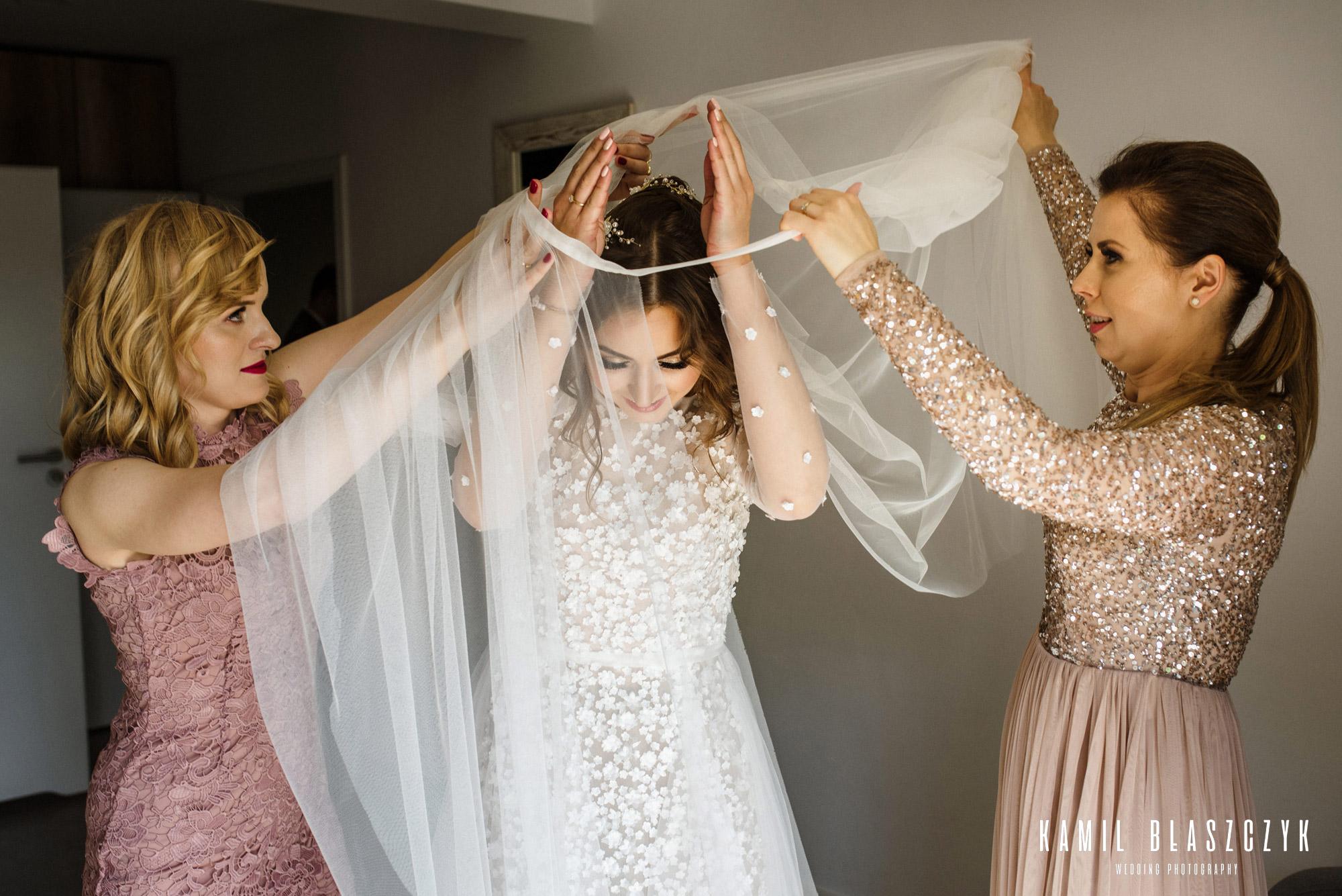 Panna Młoda Asia podczas zakładania sukni ślubnej