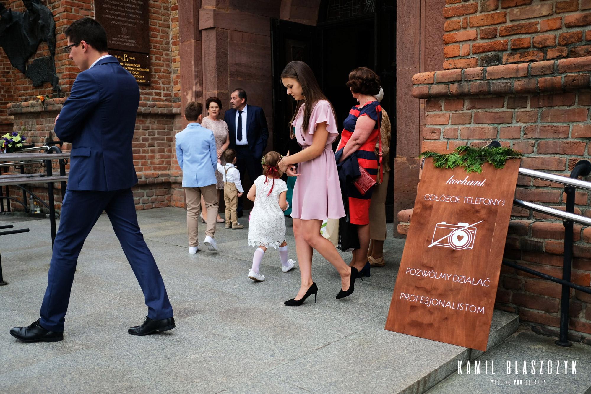 Ludzie wychodzący z kościoła, Wesele unplugged