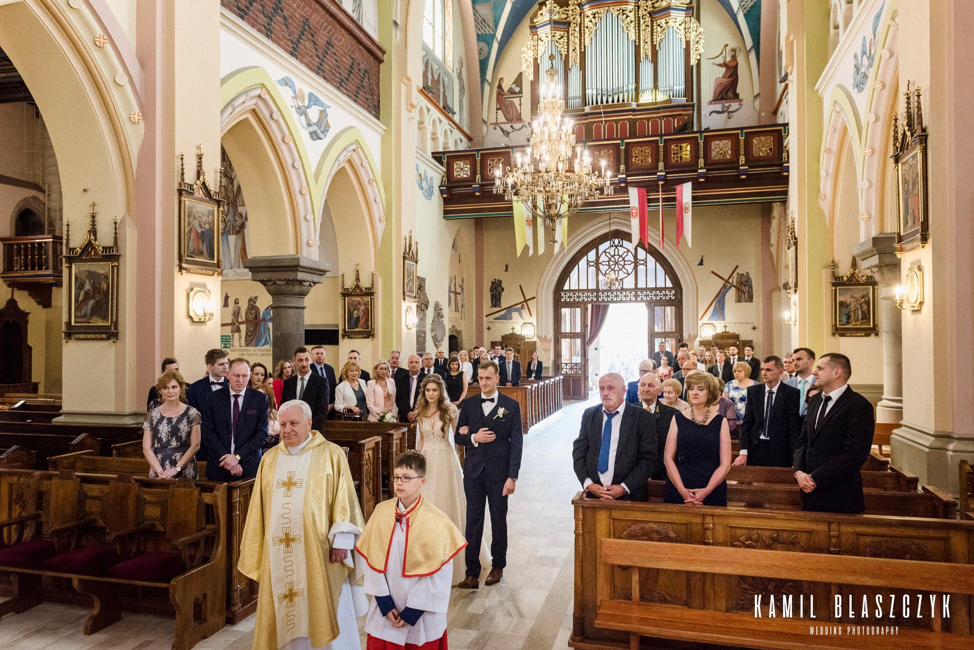 Wejście do kościoła z księdzem Angelika i Benek