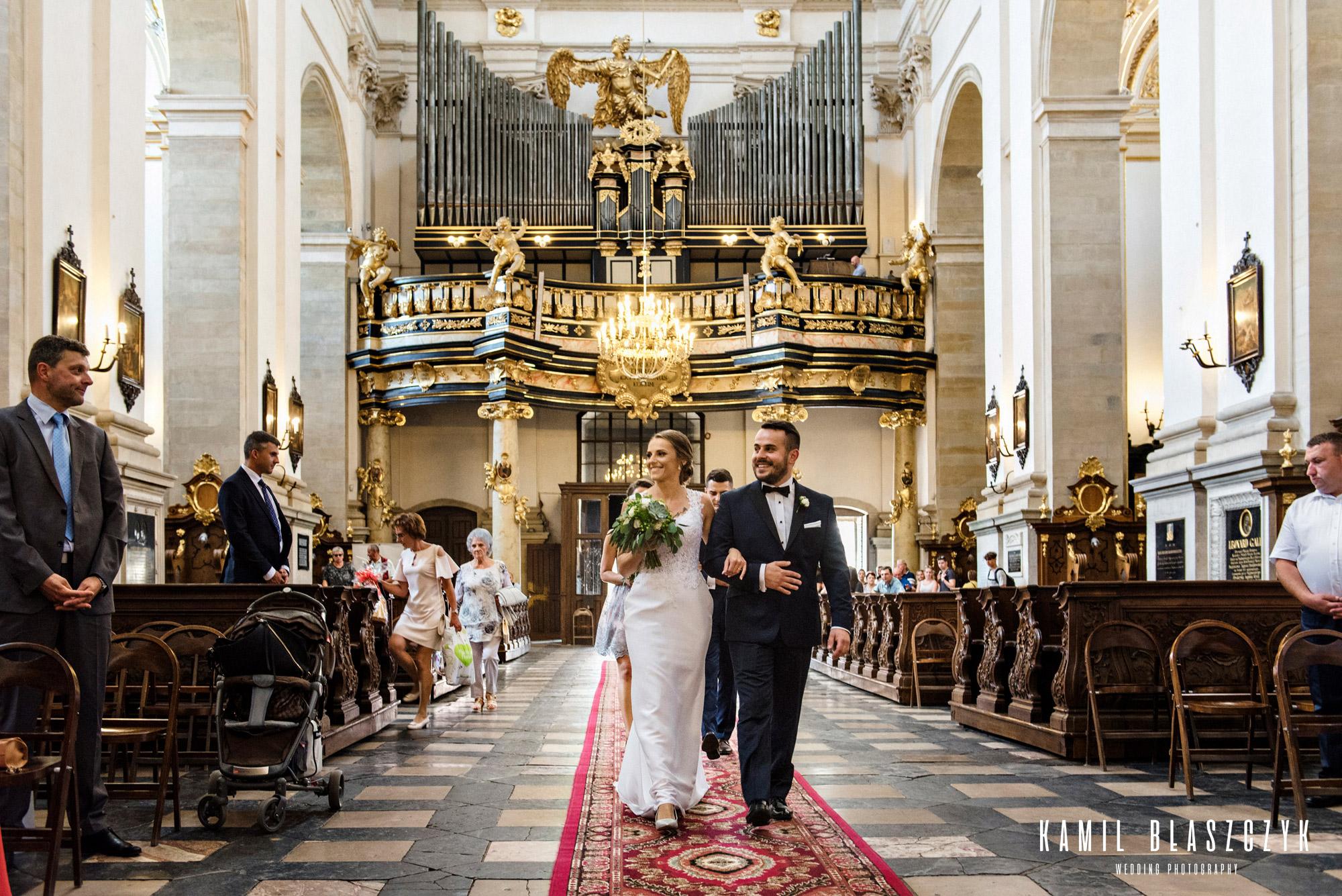 Wejście do kościoła św. Piotra i Pawła w Krakowie przez Karolinę i Adama